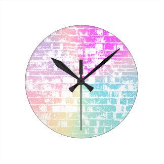 Pastellfärgade tegelstenar rund klocka