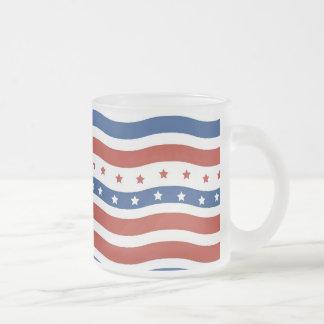 Patriotiskt vågigt stars och stripesfrihetsflagga frostad glasmugg