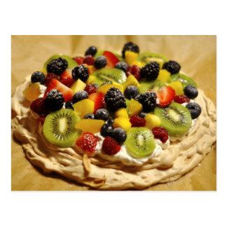 Pavlova garnerade med färgrika frukter vykort