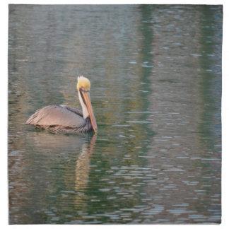 pelikan som flyter i färgrika reflexioner för flod tygservett