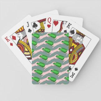 Pengar i en räcker och ut annan spelkort