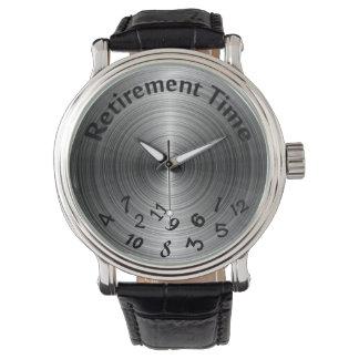 pension-förvanskat numrerar på metalliska grått armbandsur