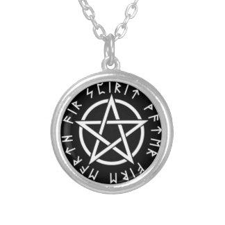 Pentagram med runor halsband med rund hängsmycke