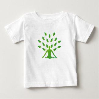 Person som mediterar under ett träd t shirt