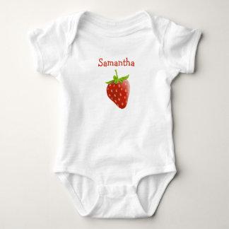 Personifierad gullig jordgubbe en t-shirt
