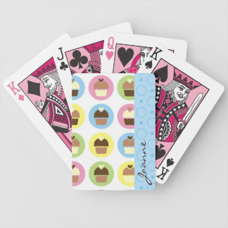Personifierad muffin som leker kort spelkort