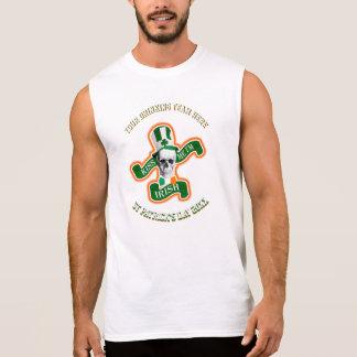Personifierad rolig st patricks day som dricker sleeveless t-shirts