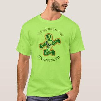 Personifierad rolig st patricks day som dricker t-shirt
