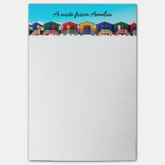 Personifierade färgrika strandhuskojor ror post-it block