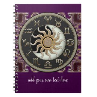 Personlig för astrologisol- och månedesign spiralbundna anteckningsböcker
