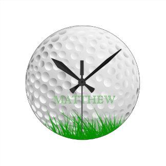 Personliggolfboll i gräs rund klocka