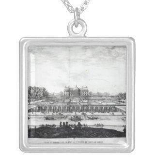 Perspektiv beskådar av den trädgårds- fa�aden silverpläterat halsband