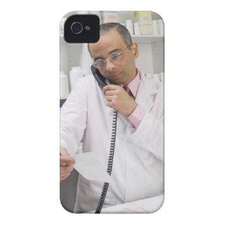 Pharmacist som använder en telefon iPhone 4 hud