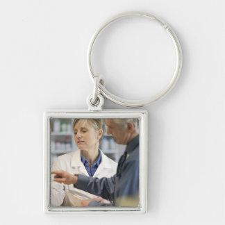 Pharmacistportionkund med medicinen fyrkantig silverfärgad nyckelring