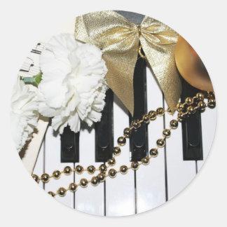 Piano eller organtangentbord- och vitnejlikor runt klistermärke
