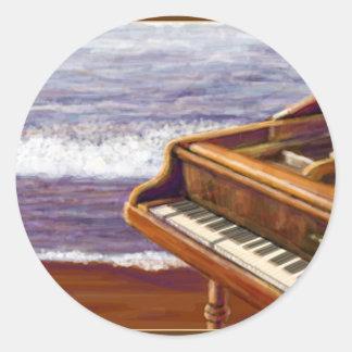 Piano på en strand runt klistermärke