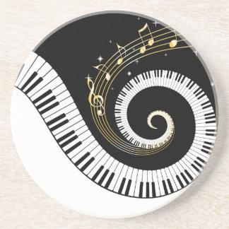 Pianonycklar och guld- musik noter dryck underlägg
