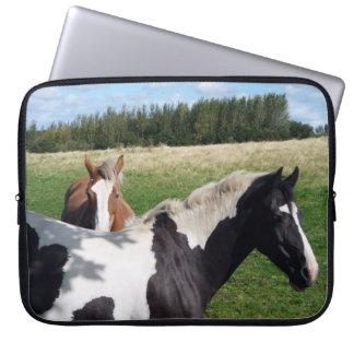 Piebald- & kastanjhästar laptop sleeve