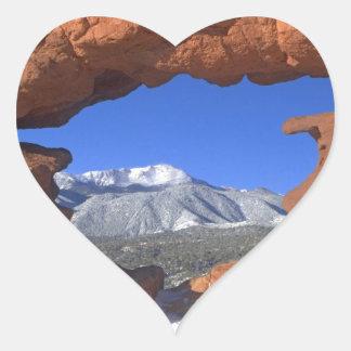 Pikes nå en höjdpunkt till och med sandstenhål 01 hjärtformat klistermärke
