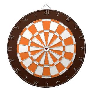 Pilen stiger ombord: Vit, orange och brunt Piltavla