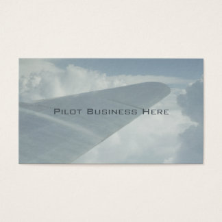 Pilot- flygplanflygplanvinge i moln som över visitkort