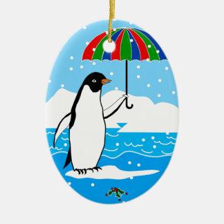 Pingvin i snön på oval julprydnad julgransprydnad keramik
