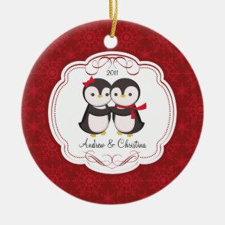 Pingvinet kopplar ihop den gulliga julprydnaden rund julgransprydnad i keramik
