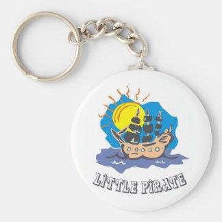 Piratkopiera lite småbarn på en segelbåt på havet rund nyckelring