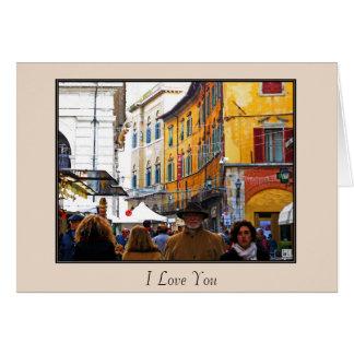 Pisa marknadsför i gränd med kärlekcitationstecken hälsningskort