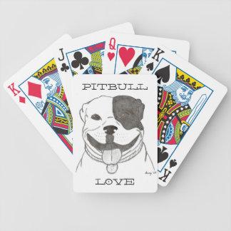 Pitbull kärlek som leker kort spelkort