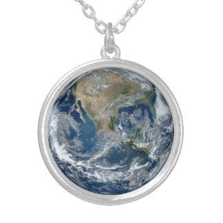 Planetjord från rymden med moln silverpläterat halsband