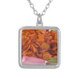 Plätera av uppståndelse-stekte morötter silverpläterat halsband