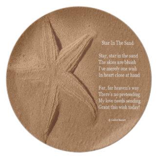 Plätera diktstjärnan i sanden vid den Ladee basset Tallrik