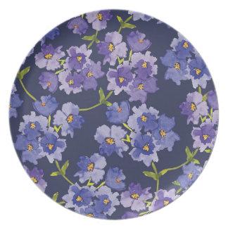 Pläterar den purpurfärgade & marinblåa blommigten tallrik
