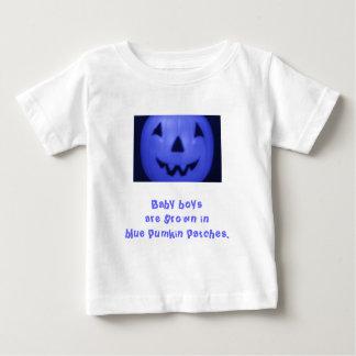 Pojkar är fullvuxna i blåttpumpa lappar t shirts