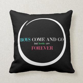 Pojkar kommer och går, men bokar är för evigt kudde