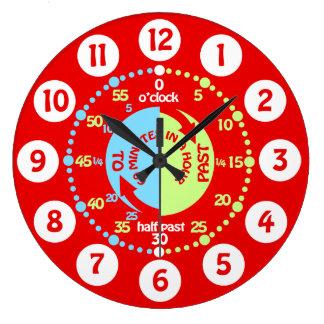 Pojkar lärer att berätta tid som den röda väggen stor rund klocka