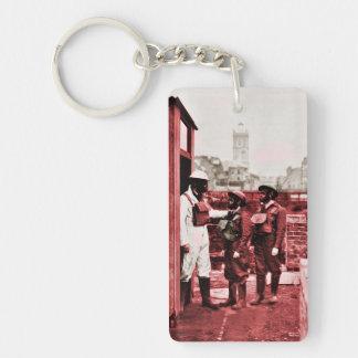 Pojkar som ha på sig gasmaskar nyckelring