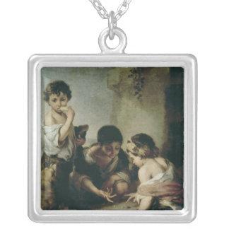 Pojkar som leker tärning, c.1670-75 silverpläterat halsband
