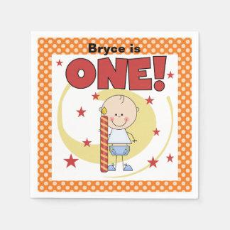 Pojke med servetter för 1st födelsedag för