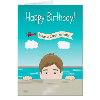 Pojke som kikar från en simbassäng för födelsedag hälsningskort