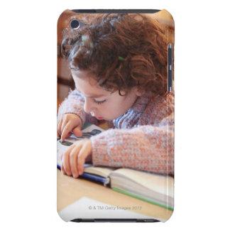 Pojke som koncentrerar på läs- läxa barely there iPod överdrag