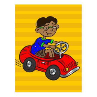 Pojke som kör leksakbilen vykort