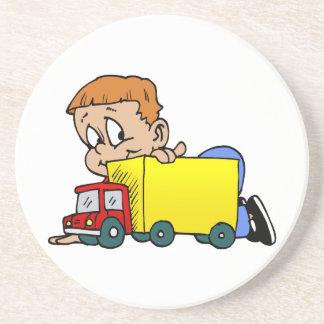 Pojke som leker med lastbilen underlägg