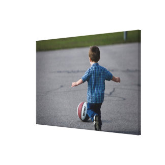 Pojke som utomhus jagar basket canvastryck