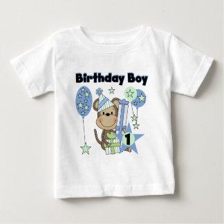 Pojkeapa med den 1st födelsedagen för gåvor tröjor