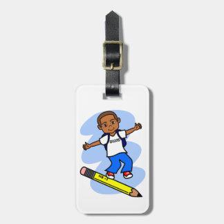 Pojken som surfar på gult, ritar bagagemärkren bagagebricka