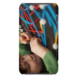 Pojkeprojekterar förbindande molekylar för barely there iPod fodral