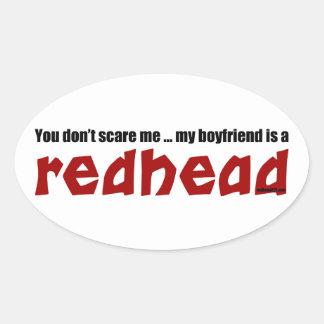 Pojkvännen är en rödhårig ovalt klistermärke