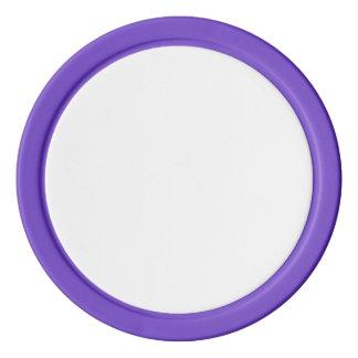 Pokerchiper med den purpurfärgade fasta kanten set av tokens